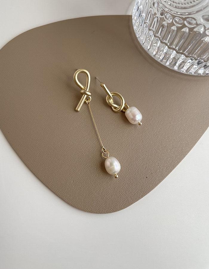 針式耳環 - 不對稱打結珍珠耳環 - 飾品調色盤   迪希雅 deesir